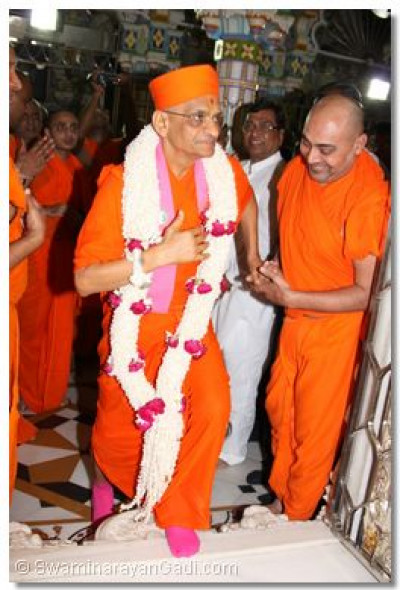 Acharya Swamishree is greeted by sants awaiting in the temple