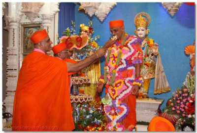 Sants offers some cake to Acharya Swamishree