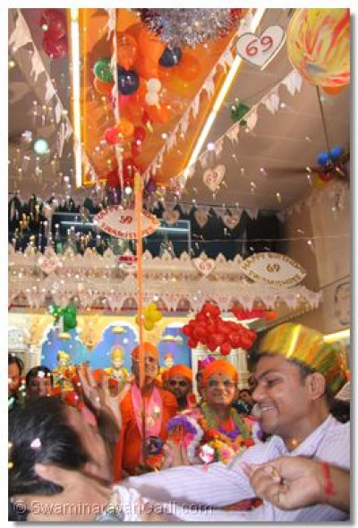 Acharya Swamishree releases balloons and confetti