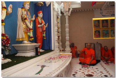 Acharya Swamishree continues with the ceremony