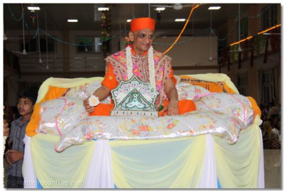 Acharya Swamishree gives His divine darshan during the raas