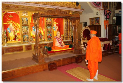 Acharya Swamishree performs aarti in London