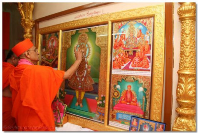 Acharya Swamishree performs the poojan ceremony of the new Murtis