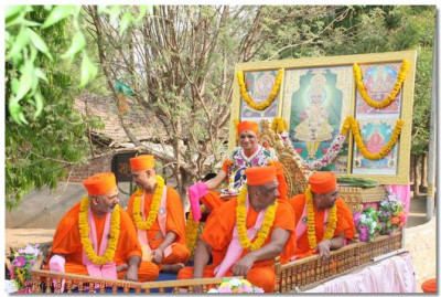 Acharya Swamishree and sants give darshan during the procession
