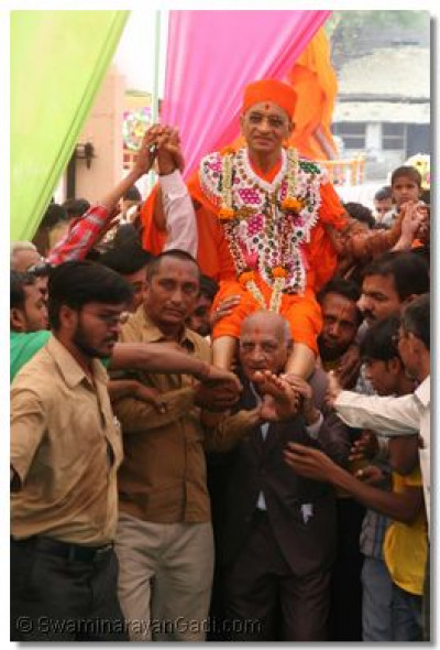 Disciples carry Acharya Swamishree into the temple