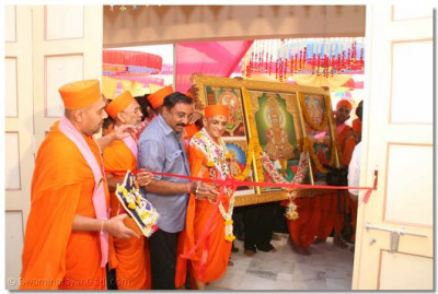 Acharya Swamishree cuts the ribbon at the entrance of the new temple