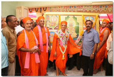 Acharya Swamishree gives darshan with the new Murtis