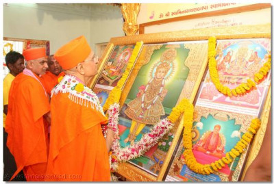 Acharya Swamishree prays as the new Murtis are placed in the sinhasan
