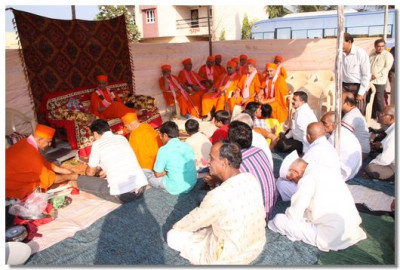 Acharya Swamishree and sants arrive in Sanand to perform the ground breaking ceremony for the new temple