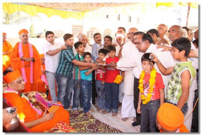 Disciples of Sanand perform aarti