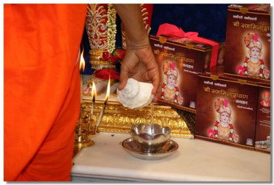 Acharya Swamishree concludes the aarti