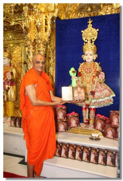 Acharya Swamishree consecrates the serial DVDs