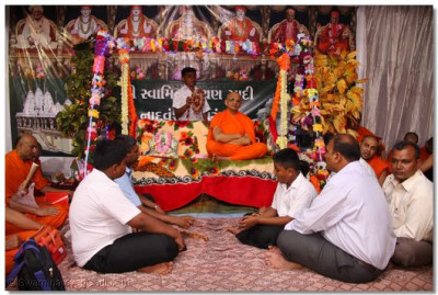 Acharya Swamishree presides over the scripture recitals in the evening
