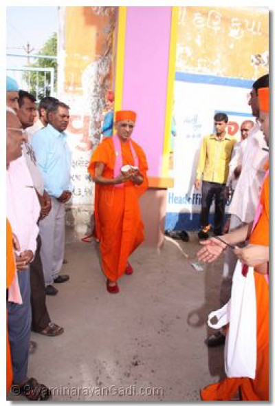 Acharya Swamishree performs the inauguration ceremony of the gate