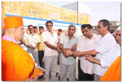 Sukhpur community leaders perform aarti to Acharya Swamishree