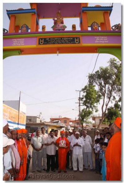 Acharya Swamishree and community leaders at the new gate