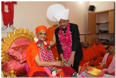 Dignitary of Surat being blessed by Acharya Swamishree