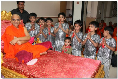 Acharya Swamishree gives darshan to the young disciples