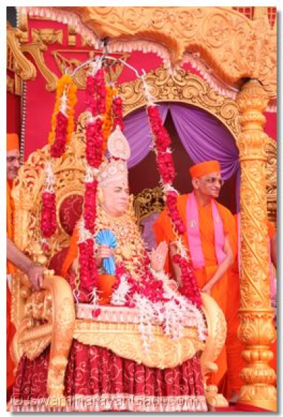 Divine darshan of Jeevanpran Swamibapa seated on a Tula (swing)