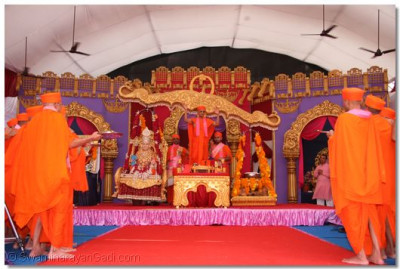 Divine darshan of Jeevanpran Swamibapa seated on a Tula (swing) and Acharya Swamishree