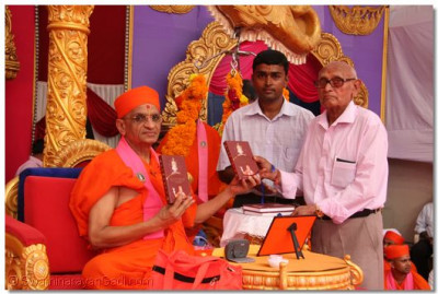 His Divine Holiness Acharya Swamishree unveils the holy scripture Sadachar Sandesh (Gujarati second edition)