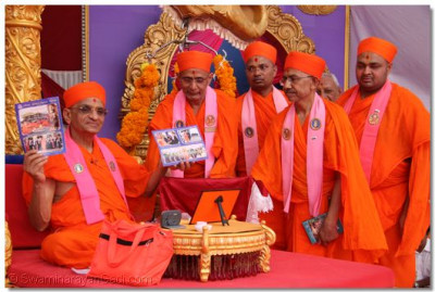 His Divine Holiness Acharya Swamishree unveils the special edition Shree Ghanshyam Vijay in English.
