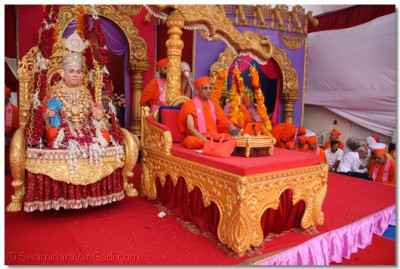 His Divine Holiness Acharya Swamishree bestows His Divine blessings