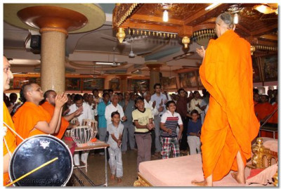 Acharya Swamishree gives darshan during the 24 hour dhoon in the shabha mandap