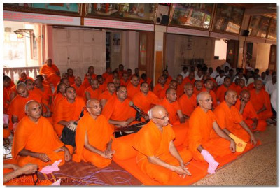 Sants and disciples gathared to listen to Achaya Swamishree's divine blessings