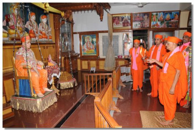 Acharya Swamishree performs aarti at Shree Swaminarayan Tower