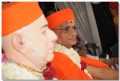 Divine darshan of Jeevanpran Swamibapa and Acharya Swamishree