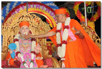 Acharya Swamishree offers the cake to Jeevanpran Swamibapa