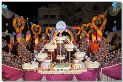 A magnificent cake comprising of 700 individual cakes is presented to the Lord