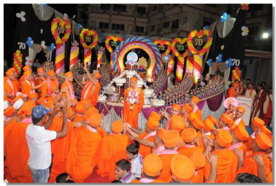 All the sants perform aarti to Acharya Swamishree