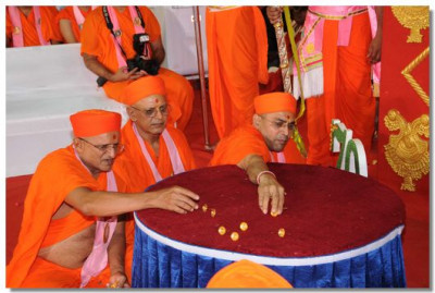 Sants perform poojan to Acharya Swamishree with gold flowers