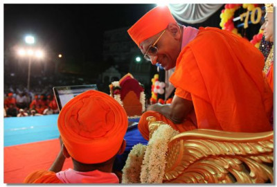 Acharya Swamishree launches the new website of Shree Swaminarayan Temple Los Angeles