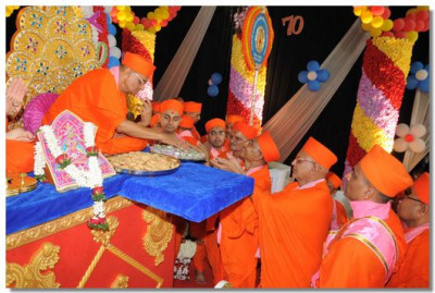 Acharya Swamishree gives prasad to all the sants