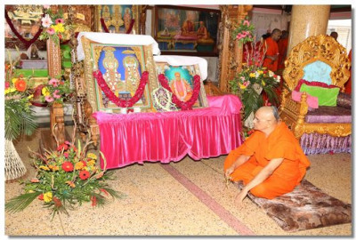 Acharya Swamishree gently sways the large swing on which Lord Swaminarayan, Jeevanpran Bapashree and Jeevanpran Swamibapa are seated