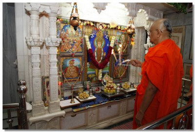 Acharya Swamishree performs aarti in the Ladies Mandir