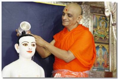 Acharya Swamishree begins the panchamrut snan ceremony