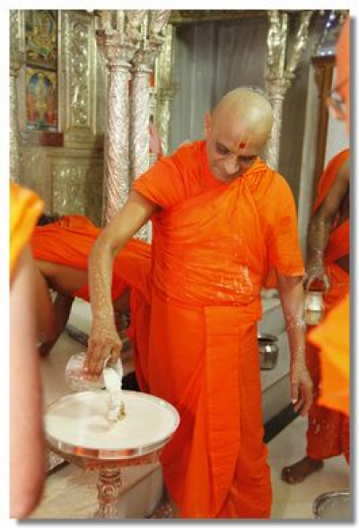 Acharya Swamishree bathes Shree Harikrishna Maharaj
