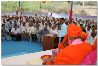 Acharya Swamishree gives darshan at a gathering for the ground breaking ceremony
