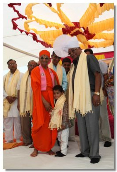 Acharya Swamishree gives darshan to Salim Molu