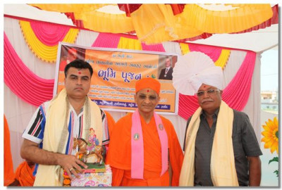 Acharya Swamishree gives darshan to Salim Molu and a representative of the Muslim Community