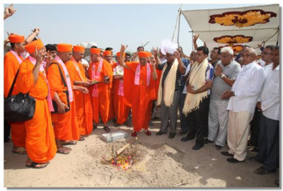 Acharya Swamishree performs the ground breaking ceremony