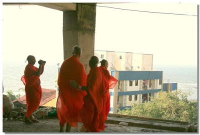Acharya Swamishre inspects the construction