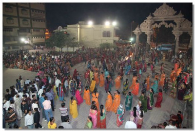 Hundreds of people took part in the Sharad Poonam raas