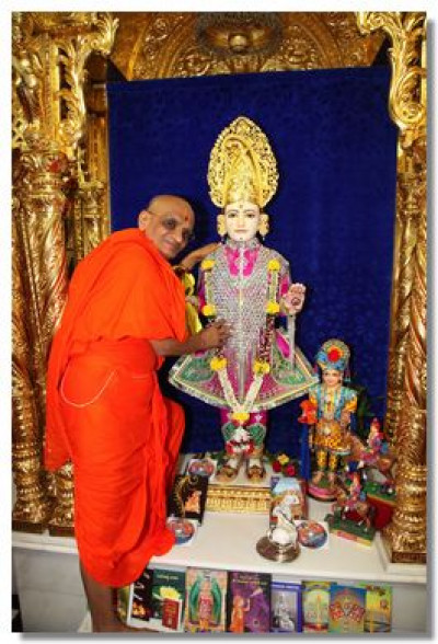 Lord Swaminarayan and Acharya Swamishree give Their divine darshan