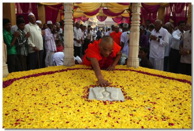 Acharya Swamishree does darshan of the divine footprints of the supreme Lord Swaminarayan