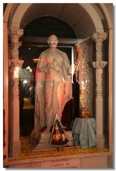 The murti of Acharya Swamishree at Smruti Mandir
